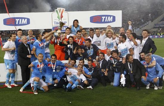 Il Napoli festeggia la vittoria della Coppa Italia (Infophoto)