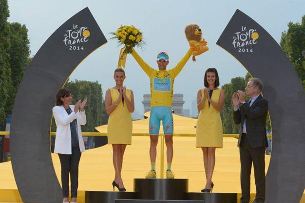 Vincenzo Nibali sul podio del Tourv 2014 (da Facebook Tour de France)