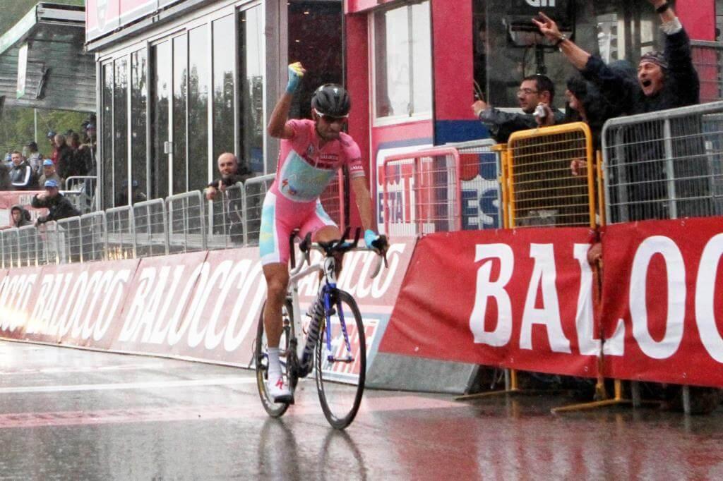 Vincenzo Nibali sul traguardo della cronoscalata del 2013 Mori-Polsa