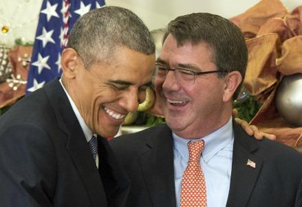 Obama (S) con il neosegretario alla Difesa Ashton Carter (Infophoto)