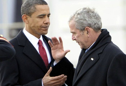 Barack Obama (S) e George W. Bush (Infophoto)