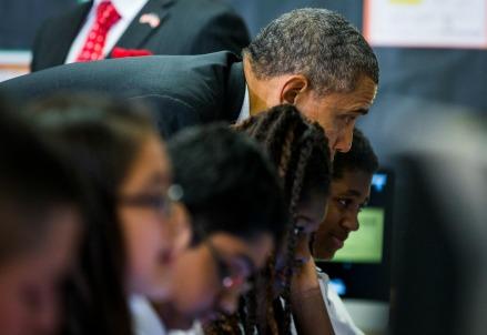 Barack Obama in visita ad una scuola (Infophoto)