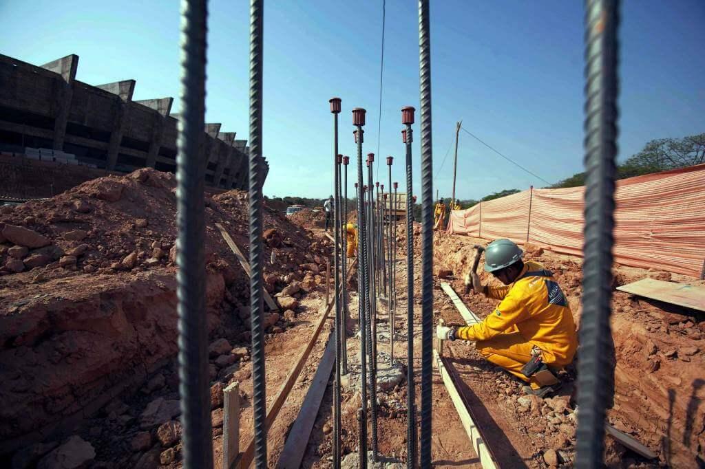 Un operaio al lavoro (Infophoto)