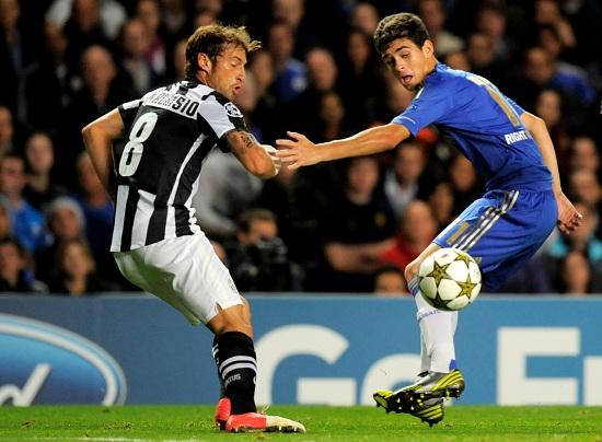 Oscar e Marchisio nella gara d'andata (Infophoto)