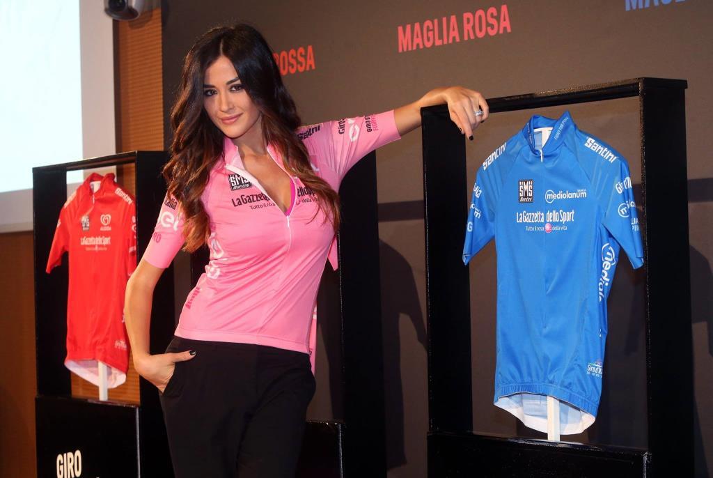 Giorgia Palmas indossa la maglia rosa 2016 (da Facebook Giro d'Italia)