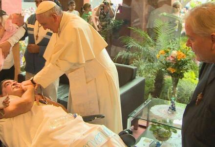 Papa Francesco mentre visita Giuseppe; a destra Padre Aldo