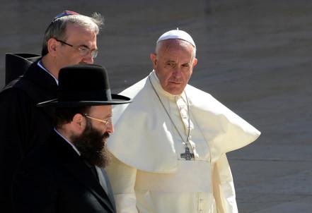 Papa Francesco durante il viaggio in Terra Santa (Infophoto)
