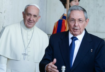 Papa Francesco accoglie Raul Castro (Infophoto)