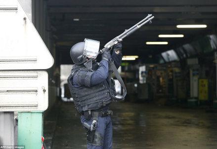 Un poliziotto a Parigi (Fonte Infophoto)