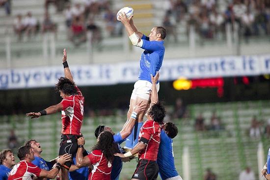 Sergio Parisse impegnato in una touche (Infophoto)