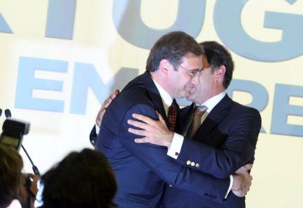 Pedro Passos Coelho (S) e Paulo Portas dopo il voto (Infophoto)
