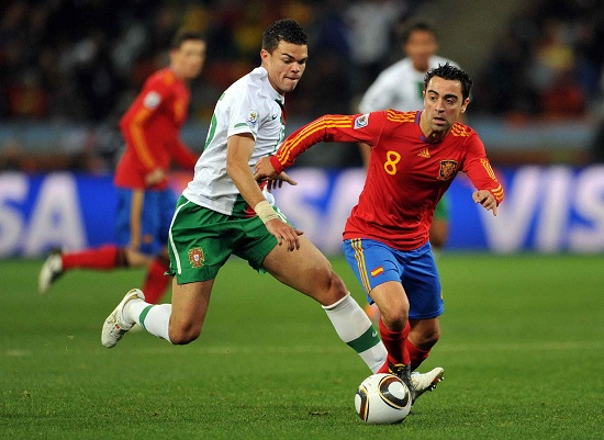Un contrasto tra Pepe e Xavi nella sfida dei mondiali 2010 (INFOPHOTO)
