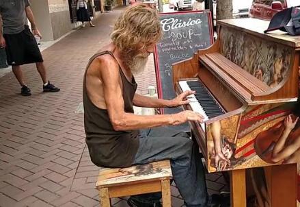Il pianista senza casa, foto da Internet