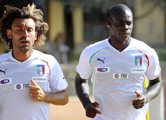 Andrea Pirlo e Mario Balotelli (Infophoto)