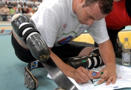 Oscar Pistorius firma autografi (InfoPhoto)
