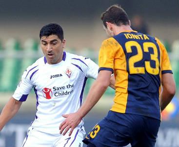 David Pizarro (sinistra), 35 anni, cileno della Fiorentina ed Artur Ionita, 24, moldavo dell'Hellas (INFOPHOTO)