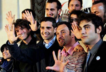 Federico Pizzarotti festeggia la vittoria dell'elezione a sindaco di Parma (InfoPhoto)