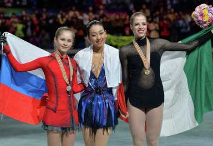 Il podio di Saitama: Yulia Lipnitskaya (argento), Mao Asada (oro), Carolina Kostner (bronzo)