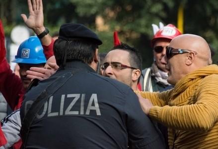 Gli scontri di martedì (Infophoto)