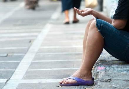 Un povero chiede un aiuto (Foto: Infophoto)