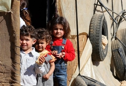 Bambini siriani in un campo profughi in Libano (Infophoto)