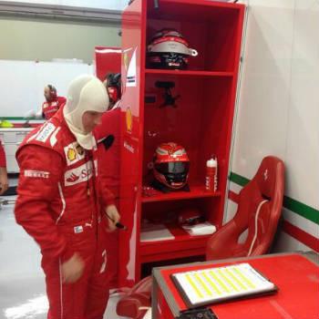 Kimi Raikkonen si veste per salire sulla Ferrari F14T