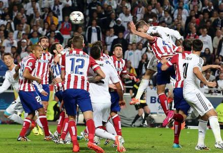 Il colpo di testa di Sergio Ramos per il gol dell'1-1 (Foto Infophoto)