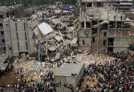 Il Rana Plaza dopo il crollo