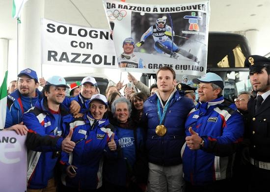 Giuliano Razzoli festeggia l'oro olimpico di Vancouver 2010 (Infophoto)