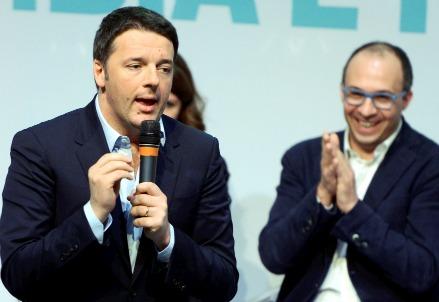 Matteo Renzi e (sullo sfondo) Davide Faraone, sottosegretario all'Istruzione (Infophoto)
