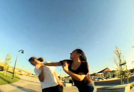 Il pugno sferrato dalla donna, foto da Youtube