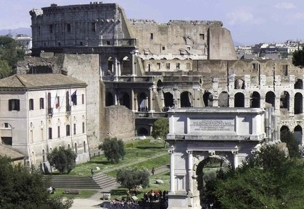 Roma, il Colosseo e l'arco di Tito (InfoPhoto)