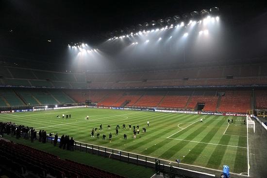 San Siro in notturna ospiterà Inter-Napoli (Infophoto)