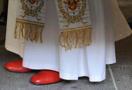 Le scarpe rosse indossate da papa Benedetto XVI