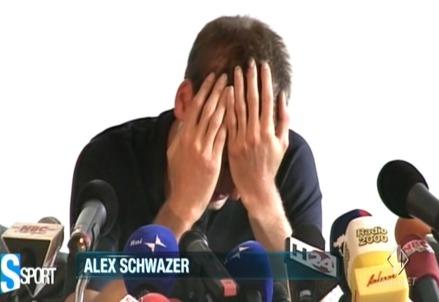 Alex Schwazer affranto durante la conferenza stampa dopo la squalifica per doping