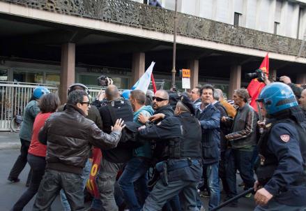 Gli scontri di ieri (InfoPhoto)