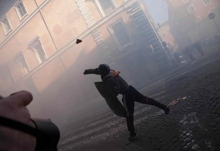 Protesta violenta in piazza (Infophoto)