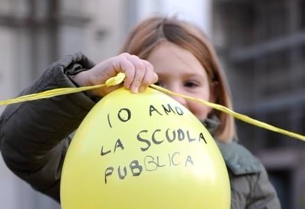 Facile mettere un palloncino in mano a una bambina (InfoPhoto)