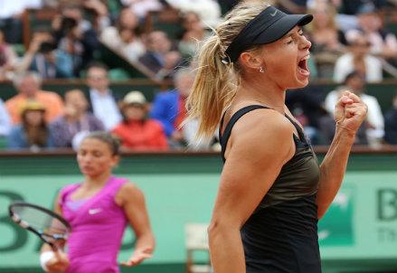 Maria Sharapova esulta, Sara Errani sullo sfondo: finale del Roland Garros 2012 (Infophoto)