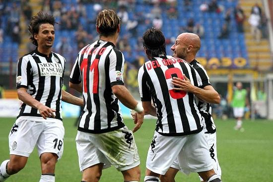 I giocatori del Siena esultano a San Siro (Infophoto)