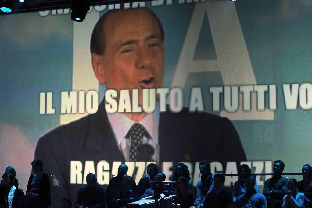 Silvio Berlusconi saluta e se ne va? (InfoPhoto)