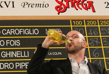 Alessandro Piperno, Premio Strega, beve dalla famosa bottiglia (InfoPhoto)