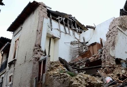 Abruzzo, tra le rovine dell'Aquila (infoPhoto)