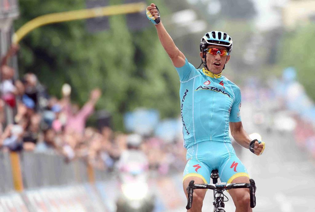 La gioia di Paolo Tiralongo al traguardo (da Facebook Giro d'Italia)