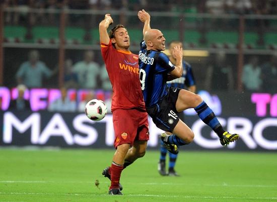 Un contrasto tra Francesco Totti ed Esteban Cambiasso (Infophoto)