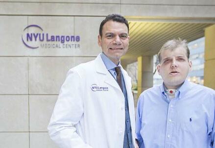 Il chirurgo con il paziente dopo il trapianto
