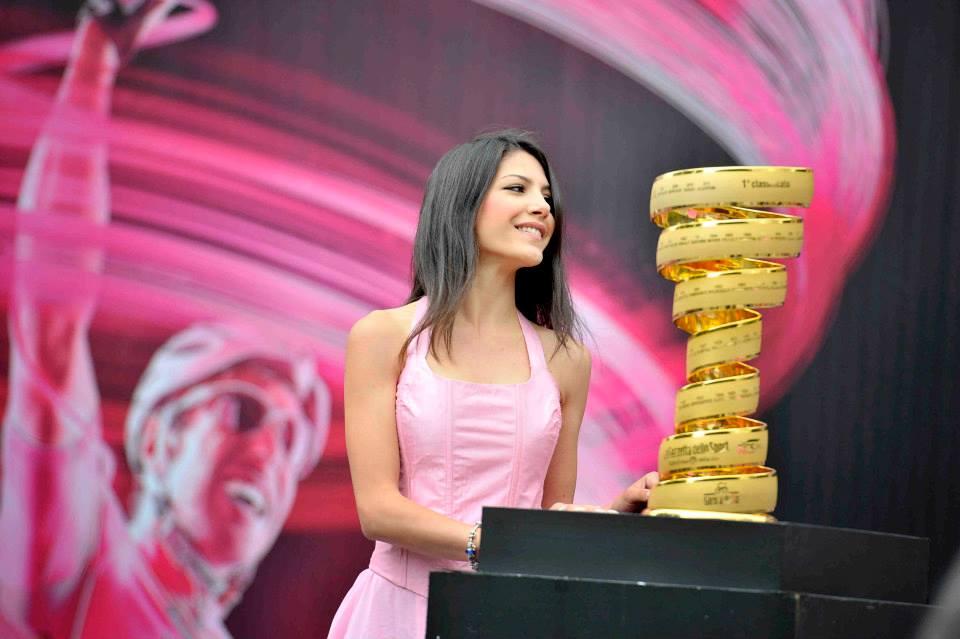 Il Trofeo Senza Fine sarà assegnato oggi al vincitore del Giro (Facebook)