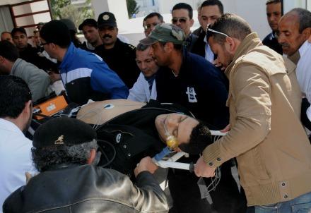 A Tunisi dopo l'attentato (Infophoto)