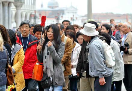 Turisti in piazza San Marco (Foto: InfoPhoto)