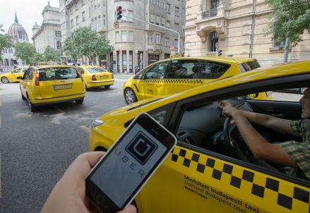 Uber e l'e-commerce stanno cambiando il mondo del lavoro (Infophoto)